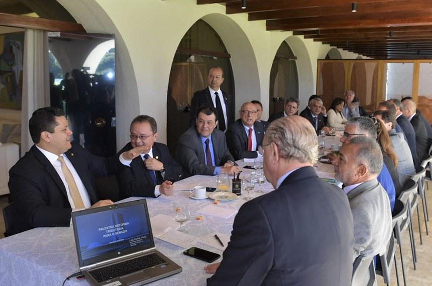 Em reunião com líderes dos partidos nesta terça, Davi (E) enfatizou que os senadores têm autoridade para tratar de temas sensíveis e prioritários da pauta nacional