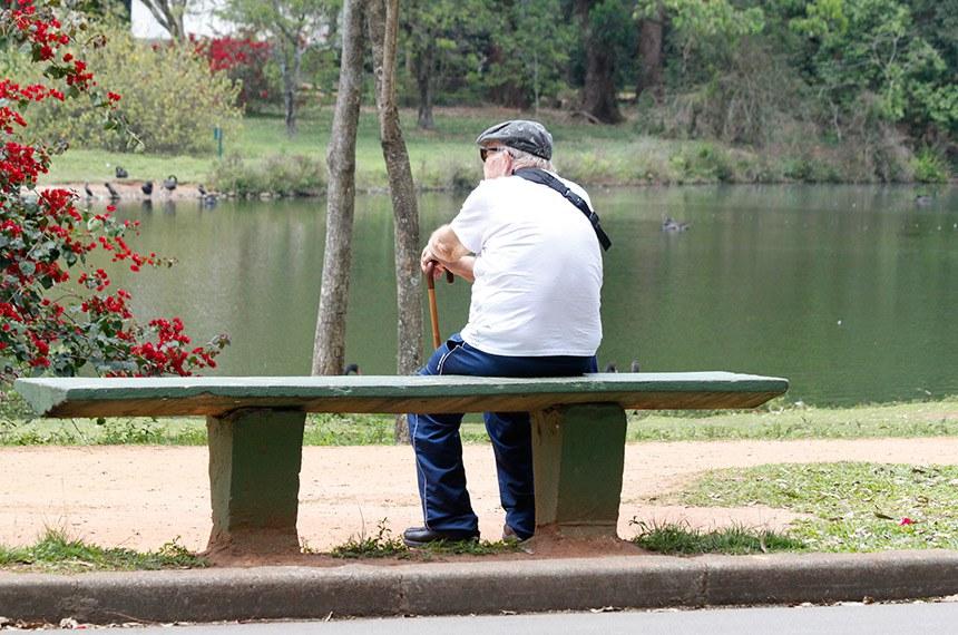 O Dia Nacional do Idoso foi estabelecido em 1999 pela Comissão de Educação do Senado Federal e serve para refletir a respeito da situação do idoso no país, seus direitos e dificuldades. Na foto: Idoso sentado no banco em um parque.