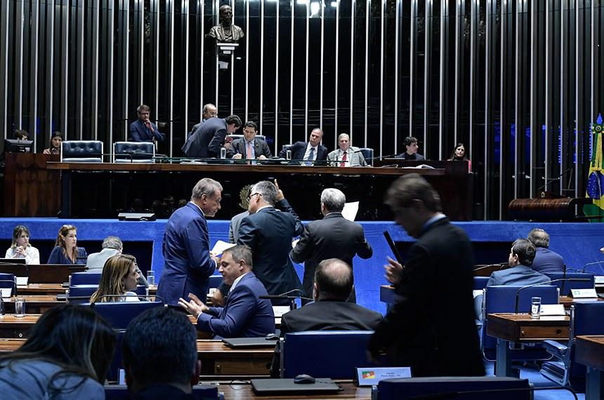 Plenário do Senado Federal durante sessão deliberativa ordinária.   Mesa: secretário-geral da Mesa, Luiz Fernando Bandeira de Mello Filho; presidente do Senado Federal, senador Davi Alcolumbre (DEM-AP); senador Fernando Bezerra Coelho (MDB-PE); senador Tasso Jereissati (PSDB-CE).  À bancada: senador Alvaro Dias (Podemos-PR);  senador Eduardo Girão (Podemos-CE); senador Izalci (PSDB-DF).  Foto: Waldemir Barreto/Agência Senado