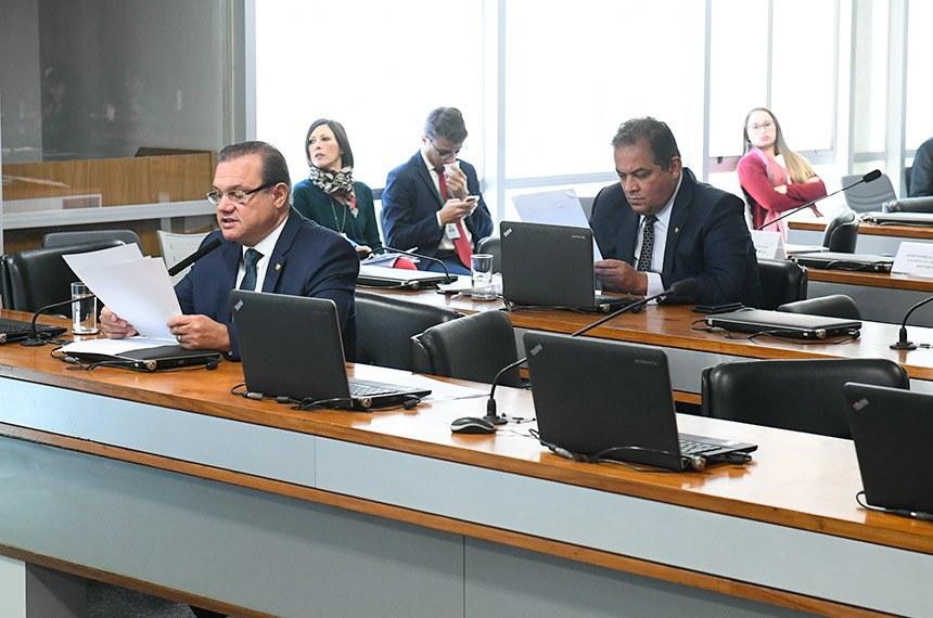 Comissão de Agricultura e Reforma Agrária (CRA) realiza reunião com 8 itens. Entre eles, o PL 2993/2019, que estabelece requisitos mínimos de transparência ativa na administração pública federal em matérias relacionadas à defesa agropecuária.  Em pronunciamento, à bancada, senador Wellington Fagundes (PL-MT).  Foto: Marcos Oliveira/Agência Senado