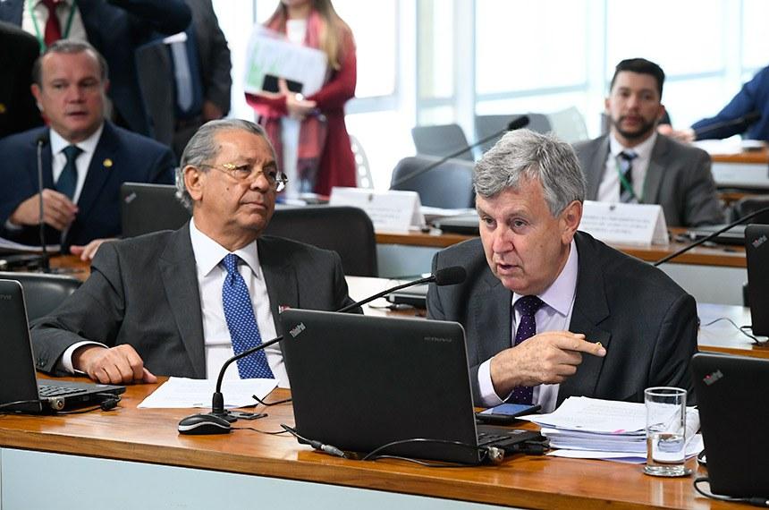Comissão de Agricultura e Reforma Agrária (CRA) realiza reunião deliberativa com 08 itens. Entre eles, o PL 2993/2019, que estabelece requisitos mínimos de transparência ativa na administração pública federal em matérias relacionadas à defesa agropecuária.   Bancada:  relator do PL 1.283/19, senador Jayme Campos (DEM-MT);  autor do PL 1.283/19, senador Luis Carlos Heinze (PP-RS).  Foto: Marcos Oliveira/Agência Senado