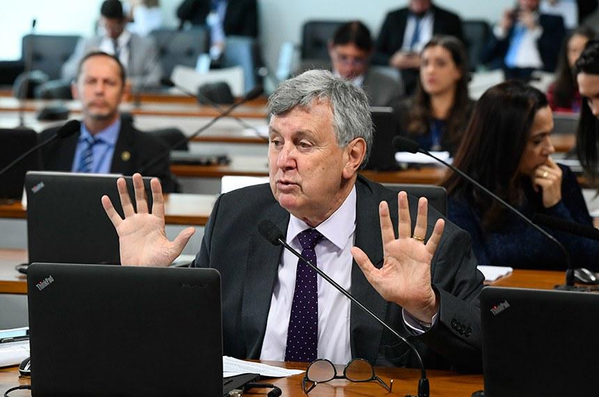 Comissão de Agricultura e Reforma Agrária (CRA) realiza reunião com 8 itens. Entre eles, o PL 2993/2019, que estabelece requisitos mínimos de transparência ativa na administração pública federal em matérias relacionadas à defesa agropecuária.  Em pronunciamento,  senador Luis Carlos Heinze (PP-RS) à bancada.  Foto: Marcos Oliveira/Agência Senado
