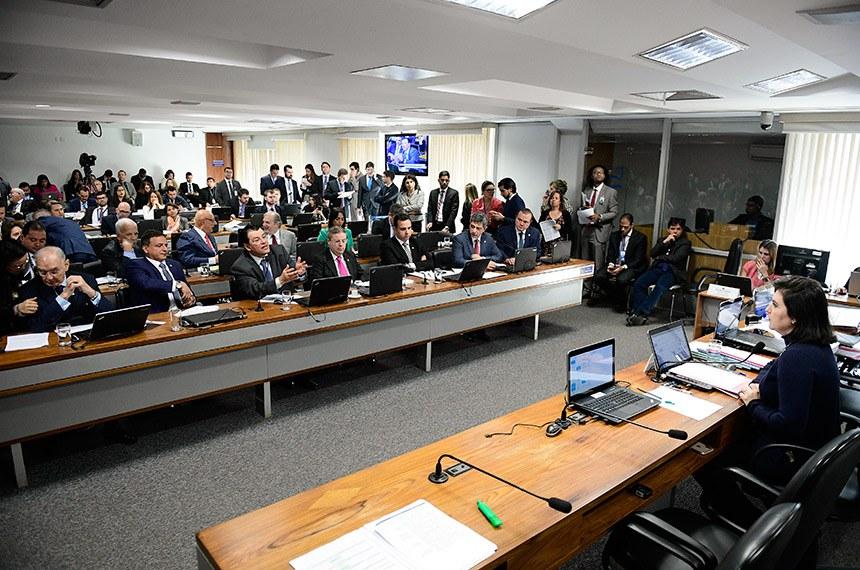 Comissão de Constituição, Justiça e Cidadania (CCJ) realiza reunião com 33 itens. Entre eles, a PEC 1/2019, que trata do voto aberto na eleição das mesas do Congresso.  Presidente da CCJ, senadora Simone Tebet (MDB-MS) à mesa.  Em pronunciamento, senador Eduardo Braga (MDB-AM).   Bancada: senador Antonio Anastasia (PSDB-MG); senador Arolde de Oliveira (PSD-RJ);  senador Eduardo Braga (MDB-AM); senador Marcio Bittar (MDB-AC);  senador Rodrigo Pacheco (DEM-MG); senador Rogério Carvalho Santos (PT-SE); senador Veneziano Vital do Rêgo (PSB-PB); senador Wellington Fagundes (PL-MT).  Foto: Pedro França/Agência Senado