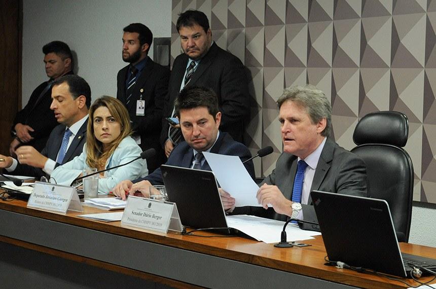 Ao lado da senadora Soraya Thronicke e do deputado Jeronimo Goergen, relator da MP, o senador Dário Berger (ao microfone) presidiu a comissão mista, que aprovou mais de 100 alterações ao texto original
