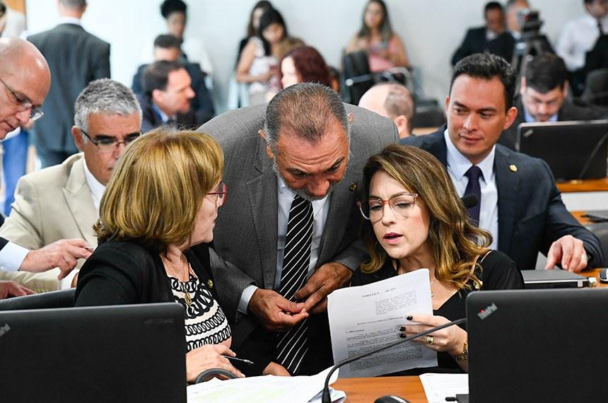 Comissão de Direitos Humanos e Legislação Participativa (CDH) realiza reunião com 30 itens. Entre eles, o PLC 104/2018, que proíbe a venda de narguilé e acessórios a crianças e adolescentes.  Bancada: senador Eduardo Girão (Pode-CE); senador Styvenson Valentim (Pode-RN); senadora Zenaide Maia (Pros-RN); senador Telmário Mota (Pros-RR); senadora Soraya Thronicke (PSL-MS).  Foto: Marcos Oliveira/Agência Senado