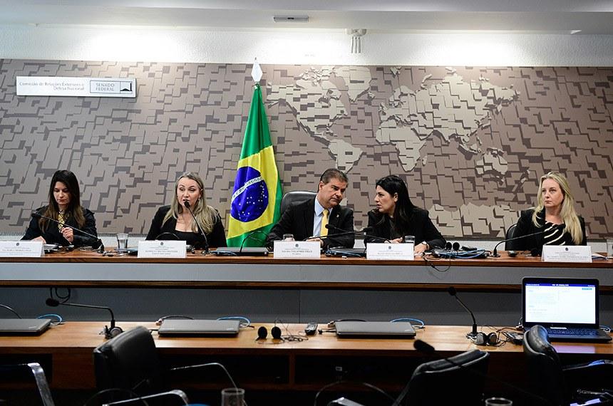 Comissão de Relações Exteriores e Defesa Nacional (CRE) realiza audiência pública interativa para apresentar projeto do Conselho de Desenvolvimento e Integração Sul (Codesul), para mapeamento e diagnóstico de todo o tipo de violência que acomete as mulheres nas regiões fronteiriças dos estados-membros do Conselho de Desenvolvimento e Integração Sul - Mato Grosso do Sul, Paraná, Santa Catarina e Rio Grande do Sul.  Mesa: secretária-adjunta da Secretaria Especial de Cidadania do Governo do estado de Mato Grosso do Sul, Maria Thereza Trad; vice-governadora do estado de Santa Catarina e membro titular da Comissão Permanente de Políticas para Mulheres do Codesul, Daniela Cristina Reinehr; presidente da CRE, senador Nelsinho Trad (PSD-MS); secretária especial de Cidadania do estado do Mato Grosso do Sul, Luciana Azambuja; delegada de polícia, Patrícia Maria Zimmermann D'Ávila.  Foto: Pedro França/Agência Senado