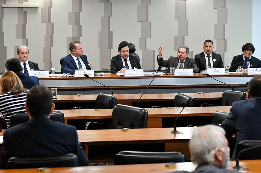 Comissão Mista da Medida Provisória (CMMPV) realiza audiência pública interativa para debater MP 882/2019 que reformula o Programa de Parcerias de Investimentos (PPI).  Mesa: presidente da Associação Nacional do Transporte de Cargas e Logística (NTC), José Hélio Fernandes; relator da CMMPV, senador Wellington Fagundes (PL-MT); presidente da CMMPV, deputado Isnaldo Bulhões Jr. (MDB-AL); gerente Executivo da Secretaria de Leilões da Agência Nacional de Energia Elétrica (Aneel), Romário de Oliveira Batista, em pronunciamento; diretor Substituto do Departamento Nacional de Trânsito (Denatran), Carlos Magno; consultor Legislativo do Senado Federal, Israel Lacerda de Araújo.  Foto: Geraldo Magela/Agência Senado