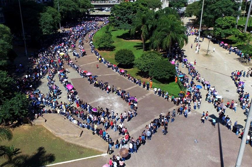Mais de 15 mil pessoas passam horas numa fila em busca de uma vaga em São Paulo  Fila de desempregados no Vale do Anhangabaú.