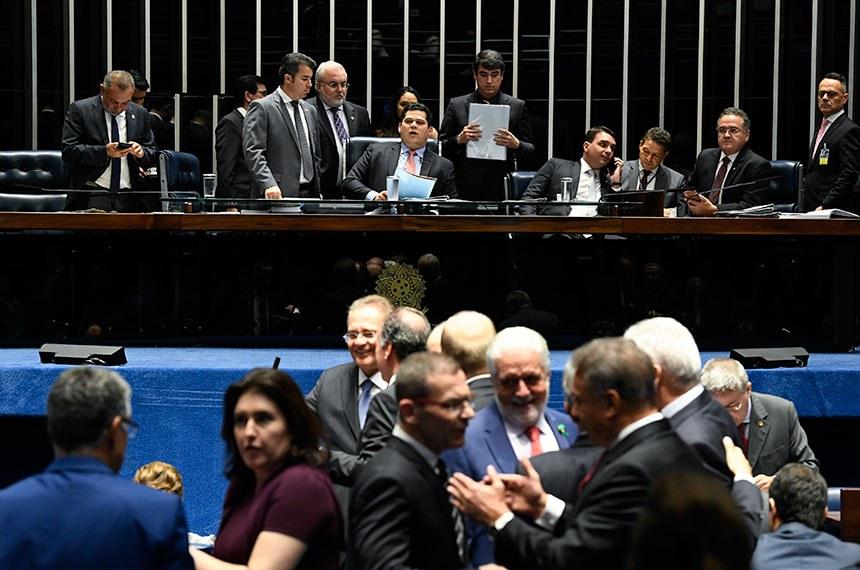 Plenário do Senado Federal durante sessão deliberativa ordinária. Ordem do dia.   À mesa, presidente do Senado Federal, senador Davi Alcolumbre (DEM-AP), conduz sessão.   Participam:  senador Flávio Bolsonaro (PSL-RJ);  senador Jean Paul Prates (PT-RN);  senador Marcos Rogério (DEM-RO);  senador Roberto Rocha (PSDB-MA).  Foto: Jefferson Rudy/Agência Senado