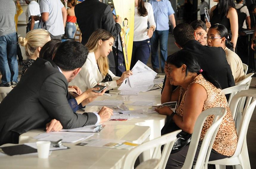 18.12.2015 Defensores públicos em formação realizam atendimento na rodoviária do plano piloto em brasília.