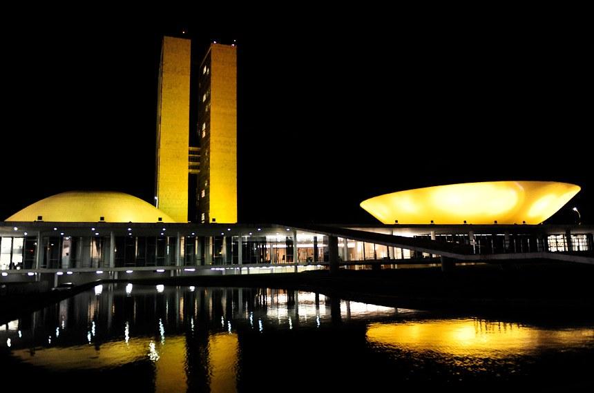 A cúpula do Senado está iluminada de amarelo até sexta-feira em apoio à campanha mundial Setembro Amarelo, de prevenção ao suicídio.  Foto: Jonas Pereira/Agência Senado