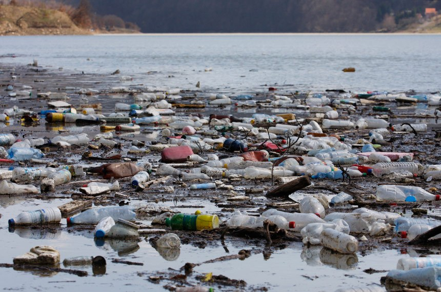 BIE - 20/06/2014 - Rio cheio de lixo.   Foto: iStockphoto
