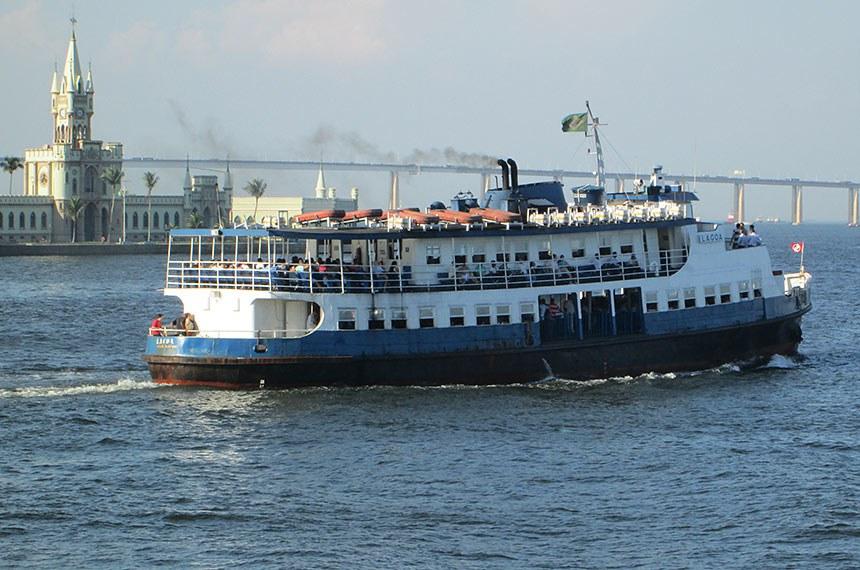 Barca Lagoa que faz o trajeto Rio Niterói.