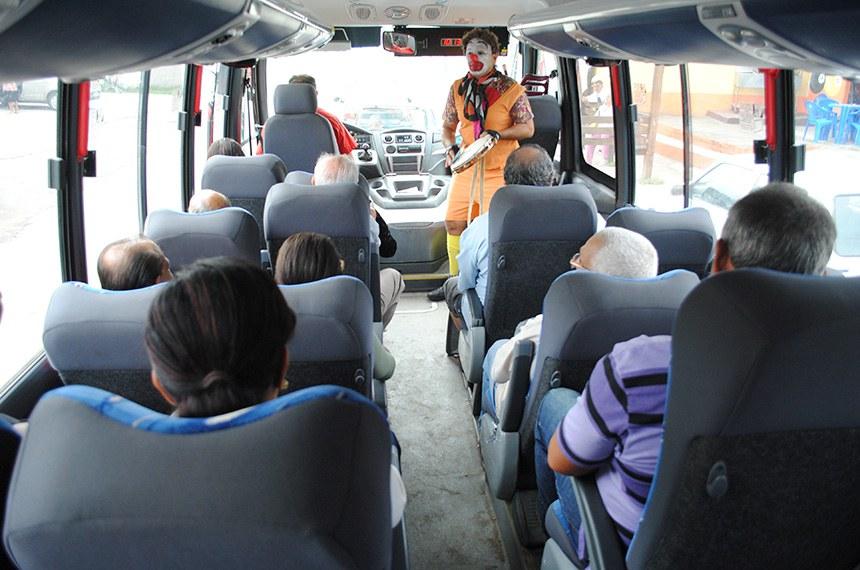 """Cantores da cidade se apresentam nos ônibus levando arte e cultura aos passageiros.  Promovido pela Empresa Pública de Transportes (EPT), em parceria com a Secretaria de Cultura, o """"Tour da EPT"""" teve início no último final de semana (29/04 e 30/04) e levou música, mágica e contação de histórias aos passageiros dos Vermelhinhos. O projeto, ainda em fase de testes, visa transformar o ônibus gratuito em mais uma ferramenta de promoção da cultura e dos talentos de Maricá. """"No próximo fim de semana (06 e 07/05) vamos continuar experimentando os horários e a receptividade da população. Os artistas sempre embarcam em alguma viagem a partir da rodoviária e seguem até o destino final"""", explica o presidente da EPT, Fabiano Filho."""