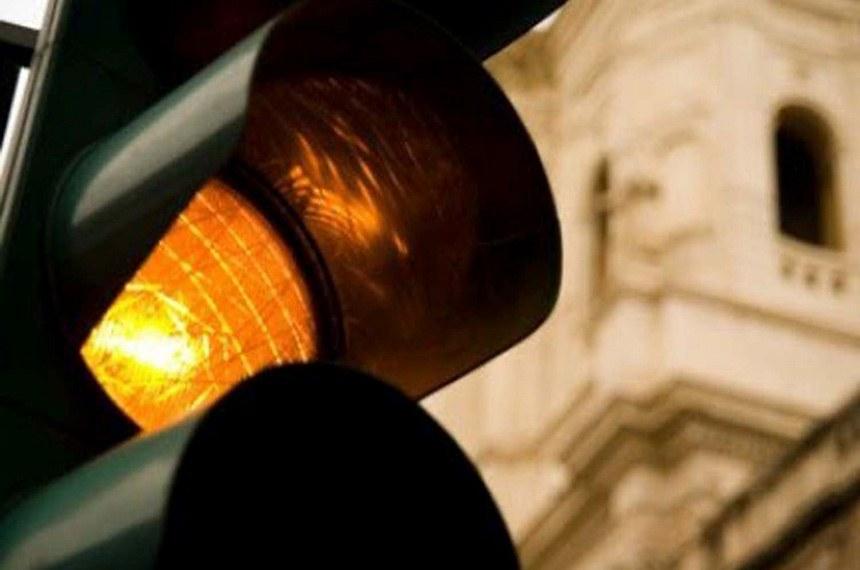 """Semob adota semáforos em """"amarelo piscante"""" para segurança de motoristas à noite"""