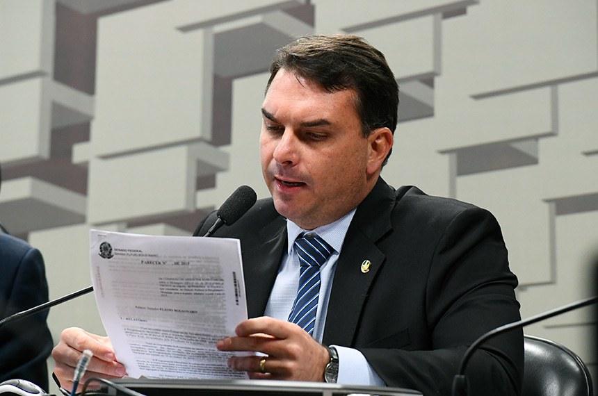 Comissão de Assuntos Econômicos (CAE) realiza reunião com 14 itens. Entre eles, o PLS 239/2018, que prevê que os prazos previstos na lei de recuperação judicial e falências seja contado em dias úteis.  À mesa, em pronunciamento, senador Flávio Bolsonaro (PSL-RJ).  Foto: Marcos Oliveira/Agência Senado
