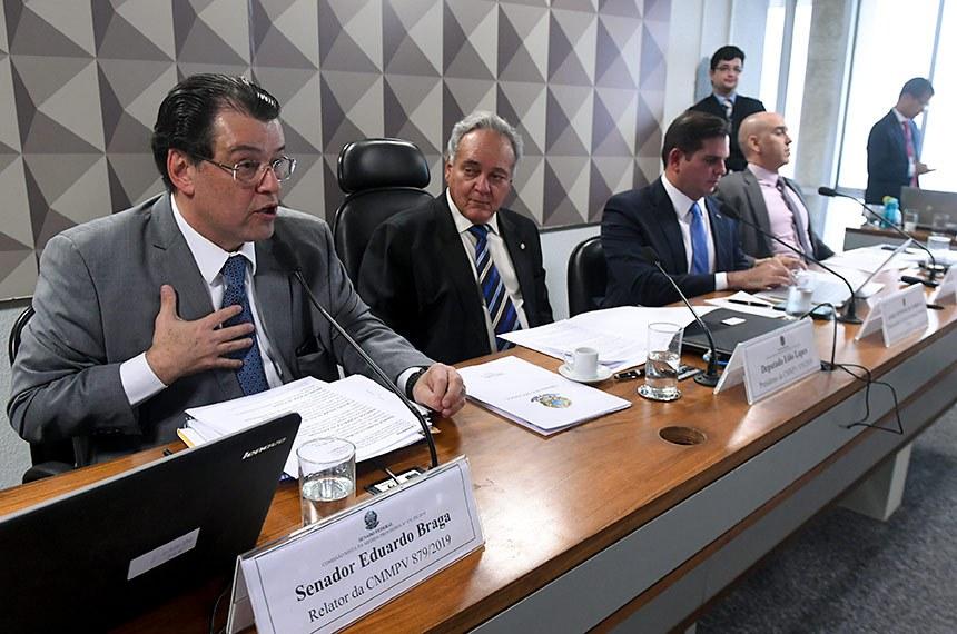 Comissão Mista da Medida Provisória (CMMPV) n° 879 de 2019, que autoriza ressarcimento à Eletrobrás por gastos com combustíveis, realiza audiência pública interativa com a participação, entre outros, de representantes do Ministério de Minas e Energia, da Aneel, da Eletrobras e das companhias de energia de Roraima e do Amapá.  Mesa: relator da CMMPV 879/2019, senador Eduardo Braga (MDB-AM); presidente da CMMPV 879/2019, deputado Edio Lopes (PL-RR); diretor-geral da Agência Nacional de Energia Elétrica (Aneel), André Pepitone da Nóbrega; assessor da Assessoria Especial de Assuntos Econômicos do Ministério de Minas e Energia, Haílton Madureira de Almeida.  Foto: Jefferson Rudy/Agência Senado