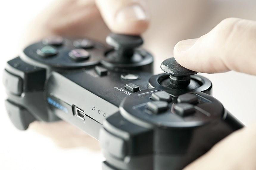 Detalhe de pessoa jogando video game.