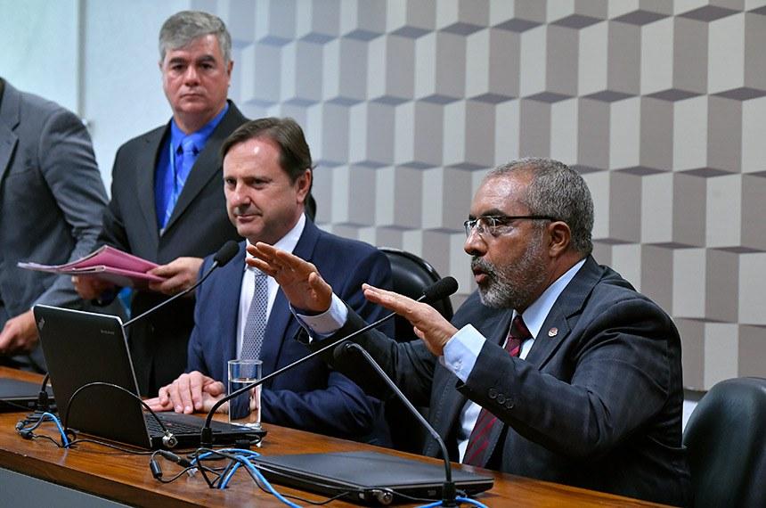 Comissão de Direitos Humanos e Legislação Participativa (CDH) realiza reunião deliberativa com 46 itens. Entre eles, o PLS 195/2011, que obriga autoescolas a disponibilizarem veículo adaptado para pessoas com deficiência.   Mesa:  senador Acir Gurgacz (PDT-RO);  presidente da CDH, senador Paulo Paim (PT-RS).  Foto: Geraldo Magela/Agência Senado