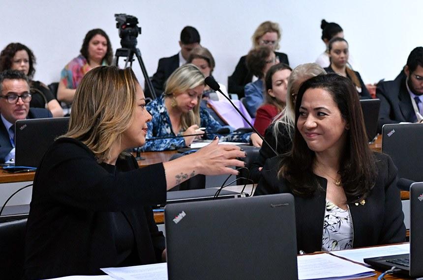 Comissão de Direitos Humanos e Legislação Participativa (CDH) realiza reunião com 46 itens. Entre eles, o PLS 195/2011, que obriga autoescolas a disponibilizar veículo adaptado para pessoas com deficiência.  Bancada: senadora Leila Barros (PSB-DF); senadora Mailza Gomes (PP-AC).  Foto: Geraldo Magela/Agência Senado