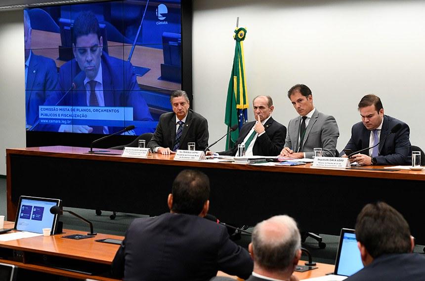 Comissão Mista de Planos, Orçamentos Públicos e Fiscalização (CMO) realiza reunião com  6 itens. Na pauta, o PLN 5/2019, que trata da Lei de Diretrizes Orçamentárias (LDO) de 2020.  Mesa: primeiro vice-presidente da CMO, deputado Dagoberto Nogueira (PDT-MS);  presidente da CMO, senador Marcelo Castro (MDB-PI); secretário da comissão; relator do Projeto de Lei de Diretrizes Orçamentárias (LDO), deputado Cacá Leão (PP-BA).  Painel eletrônico exibe pronunciamento do deputado Cláudio Cajado (PP-BA).  Foto: Marcos Oliveira/Agência Senado