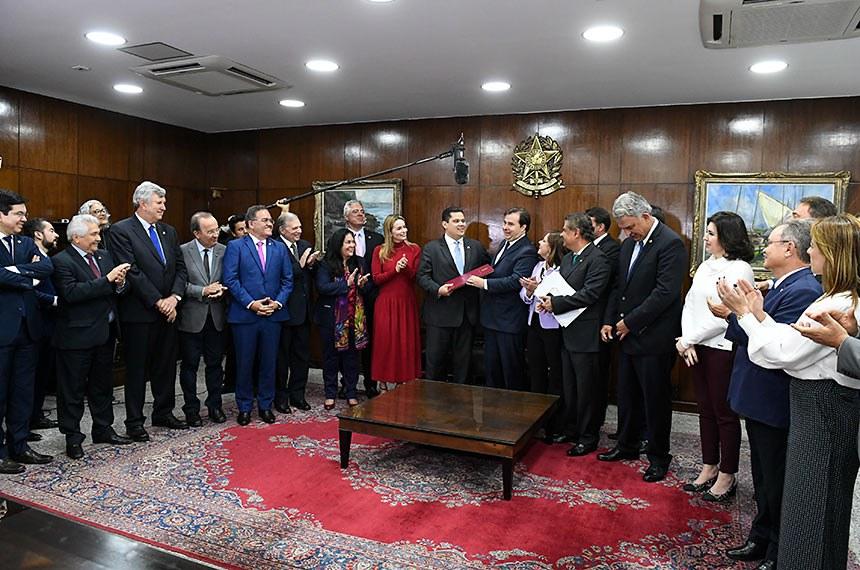 Senadores e deputados acompanham a entrega da proposta no gabinete da Presidência do Senado