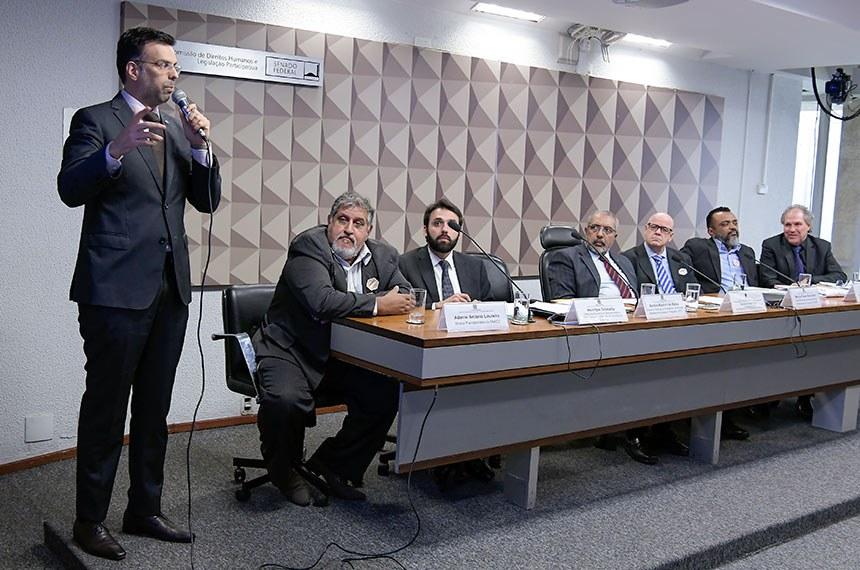 """Comissão de Direitos Humanos e Legislação Participativa (CDH) realiza audiência pública interativa para tratar sobre """"Previdência e Trabalho"""", com foco na intenção de privatização dos Correios. Entre os convidados estão representantes dos ministérios da Economia e da Ciência e Tecnologia (MCTIC) e dos trabalhadores dos Correios.  Em pronunciamento, assessor especial da presidência da Empresa Brasileira de Correios e Telégrafos (ECT), Aurelio Maduro de Abreu.  Mesa: diretor previdenciário da Federação dos Aposentados, Aposentáveis e Pensionistas dos Correios e Telégrafos (Faaco), Ademir Antônio Loureiro; diretor da Secretaria de Desestatização e Desinvestimento e Mercado do Ministério da Economia, Henrique Dolabella; presidente da CDH, senador Paulo Paim (PT-RS); vice-presidente da Associação dos Profissionais dos Correios (Adcap), Marcos César Alves Silva; secretário geral da Federação Nacional dos Trabalhadores em Empresas de Correios e Telégrafos e Similares (Fentect), José Rivaldo da Silva; presidente da Federação Interestadual dos Sindicatos dos Trabalhadores dos Correios (Findect), José Aparecido Gimenes Gandara.  Foto: Waldemir Barreto/Agência Senado"""