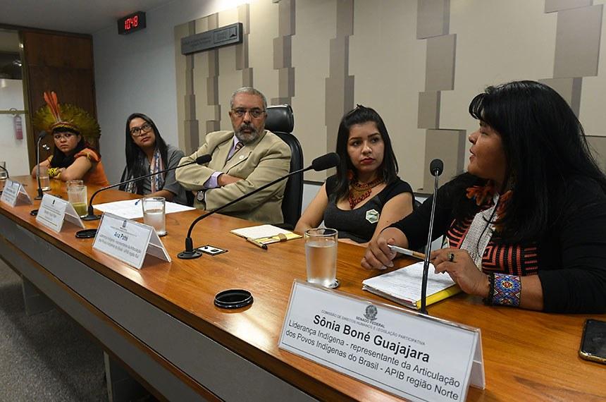 """Comissão de Direitos Humanos e Legislação Participativa (CDH) realiza audiência pública para debater sobre: """"Previdência e Trabalho"""", com foco na população indígena, na passagem do Dia Internacional dos Povos Indígenas e da Marcha das Mulheres Indígenas.   Mesa:  liderança indígena - representante da Articulação dos Povos Indígenas do Brasil (Apib região Leste/Sudeste), Celia Xacriabá;  liderança indígena - representante da Articulação dos Povos Indígenas do Brasil (Apib região Nordeste/Leste), Cristiane Gomes Julião;  presidente da CDH, senador Paulo Paim (PT-RS);  liderança indígena - representante da Articulação dos Povos Indígenas do Brasil (Apib região Sul), Ana Patté;  liderança indígena - representante da Articulação dos Povos Indígenas do Brasil (Apib região Norte), Sônia Boné Guajajara.  Foto: Jefferson Rudy/Agência Senado"""