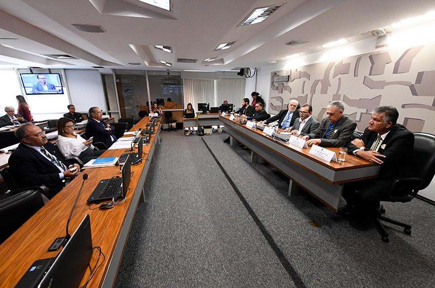 Comissão de Meio Ambiente (CMA) realiza audiência pública interativa para instruir o PLC 78/2017, que modifica a definição de semiárido, com a participação, entre outros, de representantes da Superintendência do Desenvolvimento do Nordeste (Sudene), do  Instituto Nacional de Pesquisas Espaciais (Inpe) e da Embrapa Semiárido.   Mesa:  coordenador-geral substituto de Estudos e Pesquisas, Avaliação, Tecnologia e Inovação da Superintendência do Desenvolvimento do Nordeste, Ademir Pedro Vilaça Júnior;  pesquisador responsável pelo Núcleo de Desertificação e Agroecologia em Terras Secas do Instituto Nacional do Semiárido (Insa), Aldrin Martin Perez Marin;  vice-presidente da CMA, senador Jaques Wagner (PT-BA);  pesquisador responsável pelo Núcleo de Desertificação e Agroecologia em Terras Secas do Instituto Nacional do Semiárido (Insa), Antônio Gomes Barbosa;  coordenador dos Programas 'Uma Terra e Duas Águas (P1+2)' e 'Sementes do Semiárido', Paulo Nobre;  pesquisador/D.Sc. em Geoprocessamento e Sensoriamento Remoto na Embrapa Semiárido, Iedo Bezerrá Sá.   Bancada:  senador Chico Rodrigues (DEM-RR);  senadora Soraya Thronicke (PSL-MS);  senador Jayme Campos (DEM-MT).  Foto: Edilson Rodrigues/Agência Senado