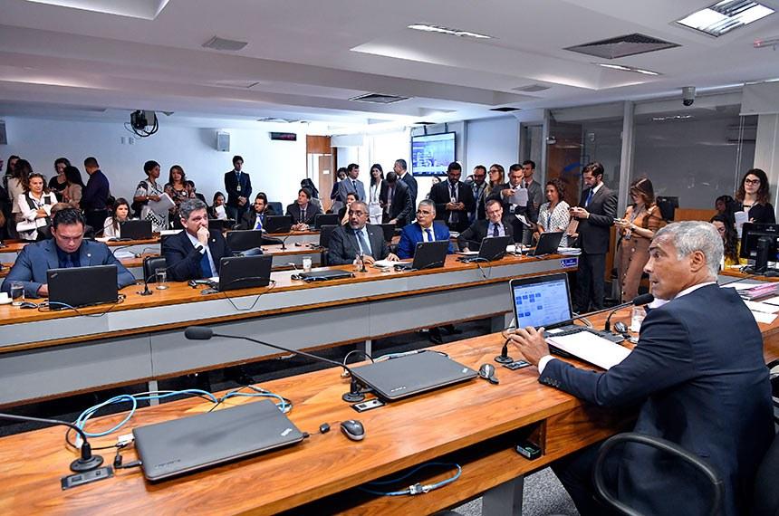 Comissão de Assuntos Sociais (CAS) realiza reunião com 15 itens. Na pauta, o PL 1.928/2019, que cria o visto temporário de trabalho simplificado para jovens.  À mesa, presidente da CAS, senador Romário (Podemos-RJ), conduz reunião.  Bancada: senador Styvenson Valentim (Podemos-RN); senador Rogério Carvalho Santos (PT-SE); senador Paulo Paim (PT-RS);  senador Eduardo Girão (Podemos-CE);  senador Fabiano Contarato (Rede-ES).  Foto: Geraldo Magela/Agência Senado