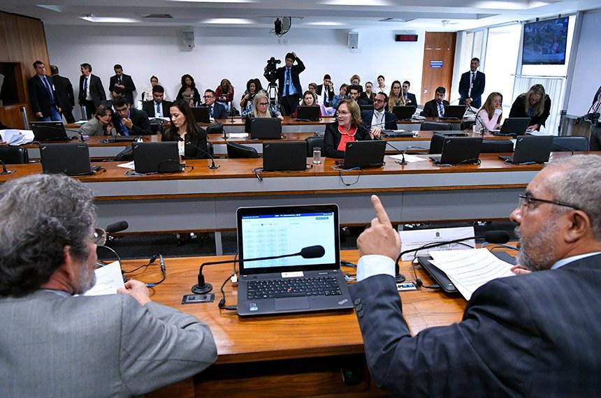 Comissão de Direitos Humanos e Legislação Participativa (CDH) realiza reunião com 46 itens. Entre eles, o PLS 195/2011, que obriga autoescolas a disponibilizar veículo adaptado para pessoas com deficiência.  Mesa: senador Paulo Rocha (PT-PA); presidente da CDH, senador Paulo Paim (PT-RS).  Bancada: senadora Mailza Gomes (PP-AC); senadora Zenaide Maia (Pros-RN).  Foto: Geraldo Magela/Agência Senado