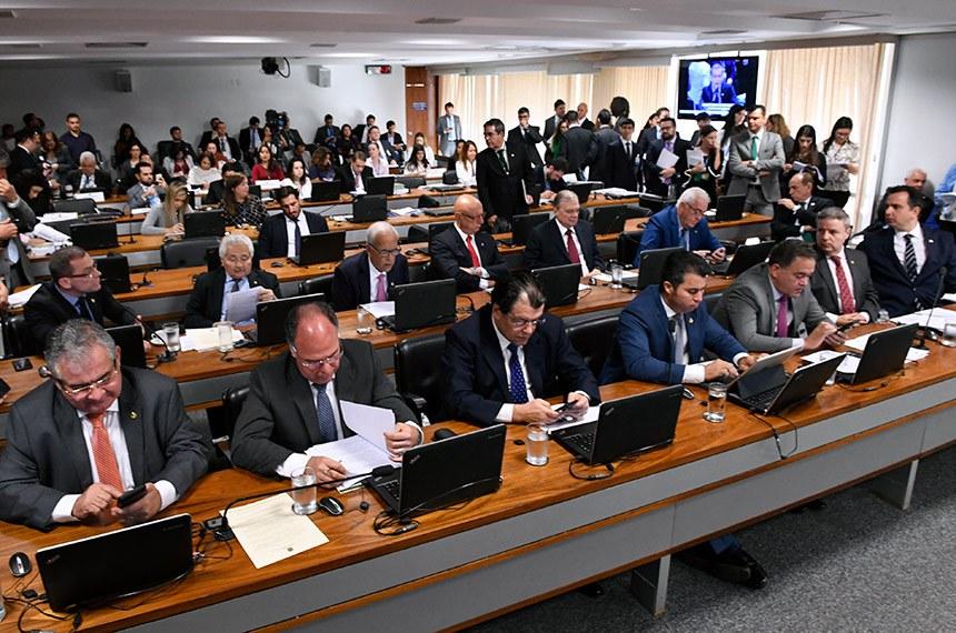 Comissão de Constituição, Justiça e Cidadania (CCJ) realiza reunião com 21 itens na pauta. Entre eles, o PRS 51/2018, que autoriza CAE a barrar operações de crédito externo com pendências judiciais.  Bancada: senador Telmário Mota (Pros-RR);  senador Marcos Rogério (DEM-RO);  senador Roberto Rocha (PSDB-MA); senador Antonio Anastasia (PSDB-MG); senador Telmário Mota (Pros-RR);  senador Marcos Rogério (DEM-RO);  senador Roberto Rocha (PSDB-MA);  senador Antonio Anastasia (PSDB-MG); senador Angelo Coronel (PSD-BA);  senador Fernando Bezerra Coelho (MDB-PE);  senador Eduardo Braga (MDB-AM);  senador Rodrigo Pacheco (DEM-MG);  senador Tasso Jereissati (PSDB-CE);  senador Esperidião Amin (PP-SC);  senador Oriovisto Guimarães (Podemos-PR);  senador Fabiano Contarato (Rede-ES); senador Elmano Férrer (Podemos-PI); senador Marcelo Castro (MDB-PI);  senador Otto Alencar (PSD-BA).  Foto: Edilson Rodrigues/Agência Senado