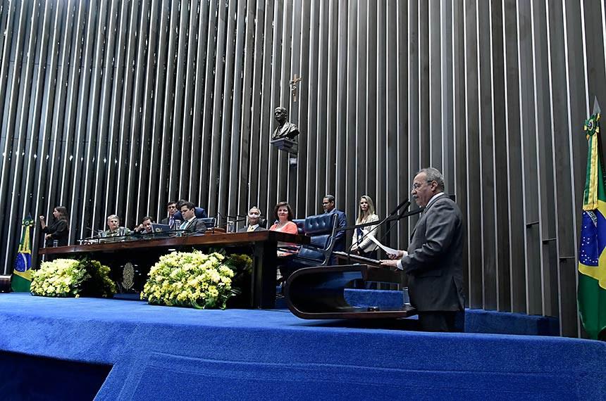 Plenário do Senado Federal durante sessão especial destinada a homenagear o general Eduardo Dias da Costa Villas Bôas.   À tribuna, em discurso, requerente da sessão, senador Chico Rodrigues (DEM-RR).   Mesa:  comandante do Exército Brasileiro, general de Exército Edson Leal Pujol;  vice-presidente da República, Hamilton Mourão;  presidente do Senado Federal, senador Davi Alcolumbre (DEM-AP);  homenageado e assessor especial do Gabinete de Segurança Institucional da Presidência da República (GSI), general Eduardo Dias da Costa Villas Bôas;  procuradora-geral da República, Raquel Dodge.  Foto: Waldemir Barreto/Agência Senado