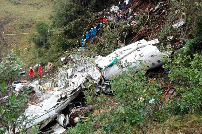 Trabalho de resgate dos destroços do avião que caiu na Colômbia, e que levava a delegação do time de futebol do Figueirense.
