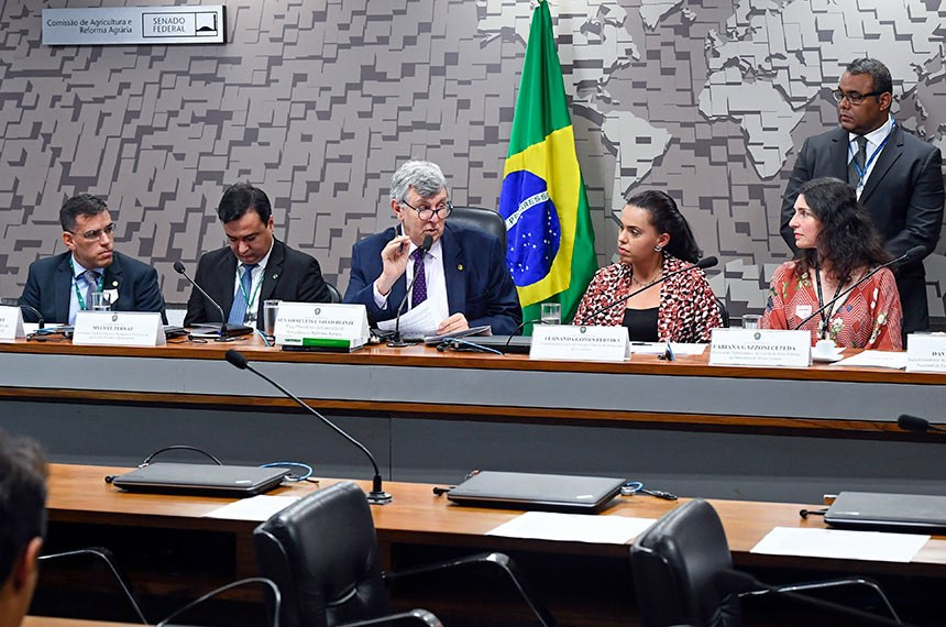 Comissão de Agricultura e Reforma Agrária (CRA) realiza audiência pública interativa para instruir o PL 661/2019, que estende desconto de energia elétrica para pequenos agricultores. Entre os convidados estão representantes dos ministérios da Agricultura (Mapa), da Economia e de Minas e Energia (MME).  Mesa: assessor técnico da Confederação da Agricultura e Pecuária do Brasil, Gustavo Goretti; coordenador-geral de Irrigação e Drenagem do Departamento de Produção Sustentável e Irrigação da Secretaria de Inovação, Desenvolvimento Sustentável e Irrigação do Ministério da Agricultura, Pecuária e Abastecimento, Mychel Ferraz; vice-presidente da CRA, senador Luis Carlos Heinze (PP-RS); coordenadora-geral de Energia Elétrica da Secretaria de Avaliação, Planejamento, Energia e Loteria do Ministério da Economia, Fernanda Gomes Pereira; diretora do Departamento de Gestão do Setor Elétrico do Ministério de Minas e Energia, Fabiana Gazzoni Cepeda.  Foto: Marcos Oliveira/Agência Senado