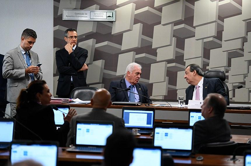 Comissão de Assuntos Econômicos (CAE) realiza reunião deliberativa com 14 itens. Entre eles, o SCD 19/2015, que proíbe concessionárias de serviços públicos cobrarem por serviços não prestados ou suspensos.   À bancada, em pronunciamento, senadora Kátia Abreu (PDT-TO).   Mesa:  senador Otto Alencar (PSD-BA);  presidente da CAE, senador Omar Aziz (PSD-AM).  Foto: Edilson Rodrigues/Agência Senado