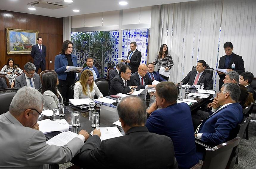 Presidente do Senado Federal, senador Davi Alcolumbre (DEM-AP), realiza reunião de líderes.   Participam: presidente do Senado Federal, senador Davi Alcolumbre (DEM-AP);  senadora Daniella Ribeiro (PP-PB);  senadora Simone Tebet (MDB-MS);  senadora Eliziane Gama (Cidadania-MA);  senador Alessandro Vieira (Cidadania-SE);  senador Alvaro Dias (Podemos-PR);  senadora Kátia Abreu (PDT-TO);  senador Randolfe Rodrigues (Rede-AP);  senador Eduardo Braga (MDB-AM);  senador Major Olimpio (PSL-SP);  senador Paulo Rocha (PT-PA);  senador Roberto Rocha (PSDB-MA);  senador Rogério Carvalho Santos (PT-SE);  senador Esperidião Amin (PP-SC); senador Eduardo Girão (Podemos-CE).  Foto: Marcos Brandão/Senado Federal