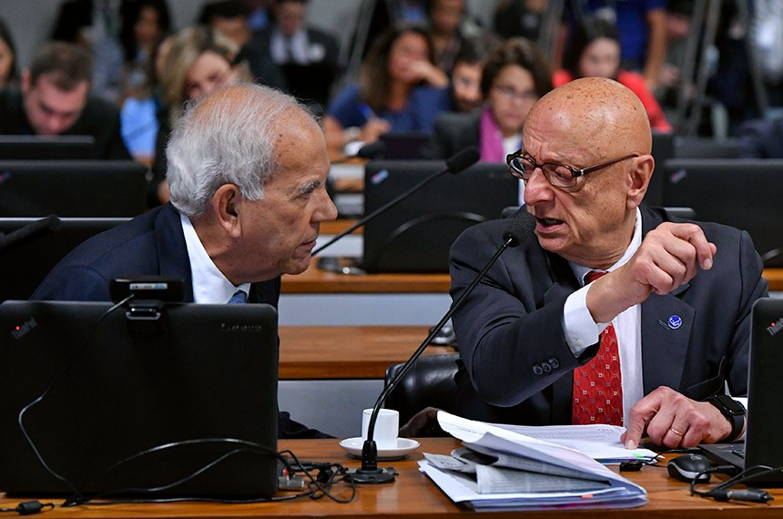 Relator da proposta, senador Esperidião Amin (à esq.) conversa com o autor da PEC, senador Oriovisto Guimarães, ao apresentar seu parecer às emendas apresentadas em Plenário, que volta a analisar o texto