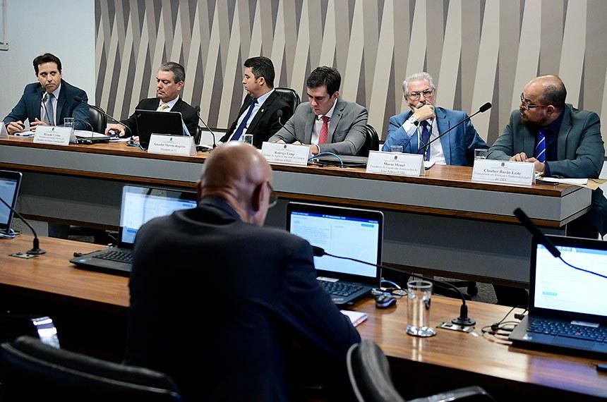 Comissão de Serviços de Infraestrutura (CI) realiza audiência pública interativa para tratar sobre o PLS 232/2016, que permite a portabilidade da conta de luz. Entre os convidados estão representantes do Ministério de Minas e Energia; da Agência Nacional de Energia Elétrica (Aneel); do Tribunal de Contas da União (TCU) e do Instituto Brasileiro de Defesa do Consumidor (Idec).   Mesa:  secretário de fiscalização de infraestrutura de energia elétrica do Tribunal de Contas da União (TCU), Manoel Moreira de Souza Neto;  secretário de energia elétrica do Ministério de Minas e Energia, Ricardo Cyrino;  presidente da CI, senador Marcos Rogério (DEM-RO);  diretor da Agência Nacional de Energia Elétrica (Aneel), Rodrigo Limp;  presidente do Fórum das Associações do Setor Elétrico (Fase), Mário Menel; especialista em energia e sustentabilidade do Instituto Brasileiro de Defesa do Consumidor (Idec), Clauber Barão Leite.  Foto: Pedro França/Agência Senado