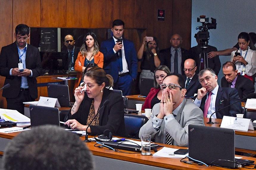 Comissão de Relações Exteriores e Defesa Nacional (CRE) realiza audiência pública interativa para tratar sobre a atual situação das famílias das vítimas da tragédia do voo da Chapecoense, que permanece com pendências judiciais, securitárias e indenizatórias.  Senadores se emocionam durante pronunciamento do atleta da Associação Chapecoense de Futebol, Hélio Hermito Zampier Neto.  Bancada: senadora Leila Barros (PSB-DF); senador Jorge Kajuru (Patriota-GO).  Foto: Edilson Rodrigues/Agência Senado