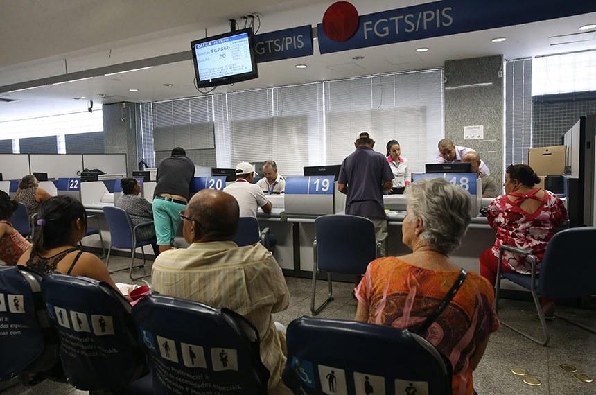 A Caixa Econômica Federal inicia o pagamento das cotas do PIS para pessoas com idade superior a 70 anos (José Cruz/Agência Brasil)