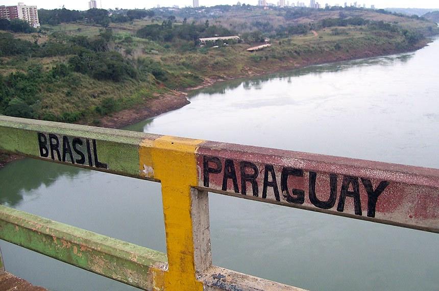 Ponte da Amizade: a fronteira Brasil-Paraguai.   A Ponte Internacional da Amizade, ou simplesmente Ponte da Amizade, foi construída durante as décadas de 1950 e 1960. Liga a cidade de Foz do Iguaçu no Brasil e Ciudad del Este no Paraguai, passando sobre o rio Paraná.  Foto: Ekem/CC