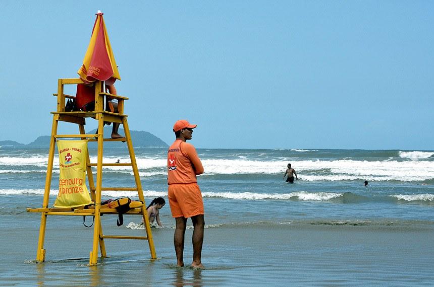 A Prefeitura de Bertioga abriu, na segunda-feira (03), as inscrições para o processo seletivo de salva-vidas temporário.  Na foto Salva-vidas observa banhistas na praia.