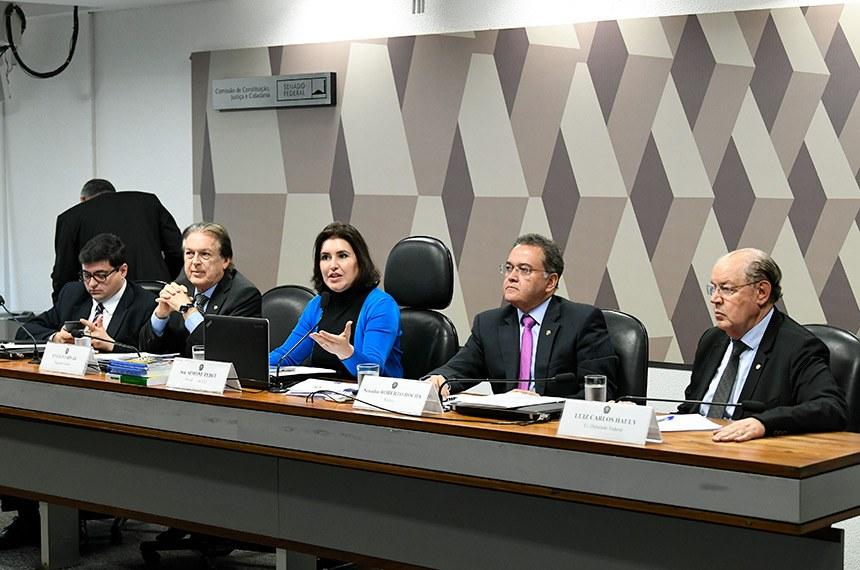 Comissão de Constituição, Justiça e Cidadania (CCJ) realiza audiência pública interativa para instruir a PEC 110/2019, que dispõe sobre a reforma tributária.   Mesa: diretor-executivo da Instituição Fiscal Independente (IFI) do Senado, Felipe Scudeler Salto; deputado Luciano Bivar (PSL-PE); presidente da CCJ, senadora Simone Tebet (MDB-MS); relator da PEC 110/2019, senador Roberto Rocha (PSDB-MA); ex-deputado Luiz Carlos Hauly.  Foto: Jefferson Rudy/Agência Senado