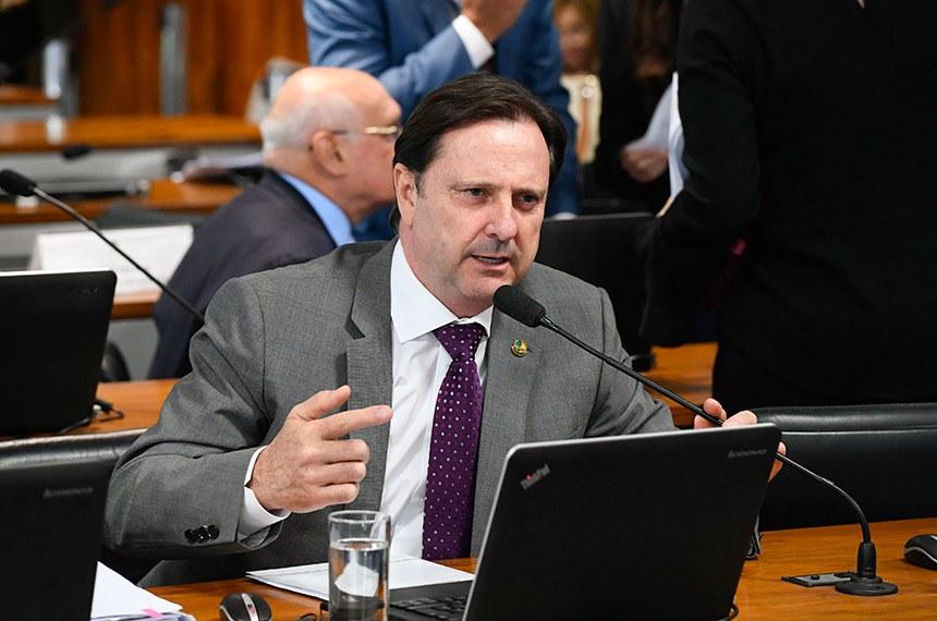 Comissão de Agricultura e Reforma Agrária (CRA) realiza reunião deliberativa com 08 itens. Entre eles, o PL 2993/2019, que estabelece requisitos mínimos de transparência ativa na administração pública federal em matérias relacionadas à defesa agropecuária.   À bancada, em pronunciamento, senador Acir Gurgacz (PDT-RO).  Foto: Marcos Oliveira/Agência Senado