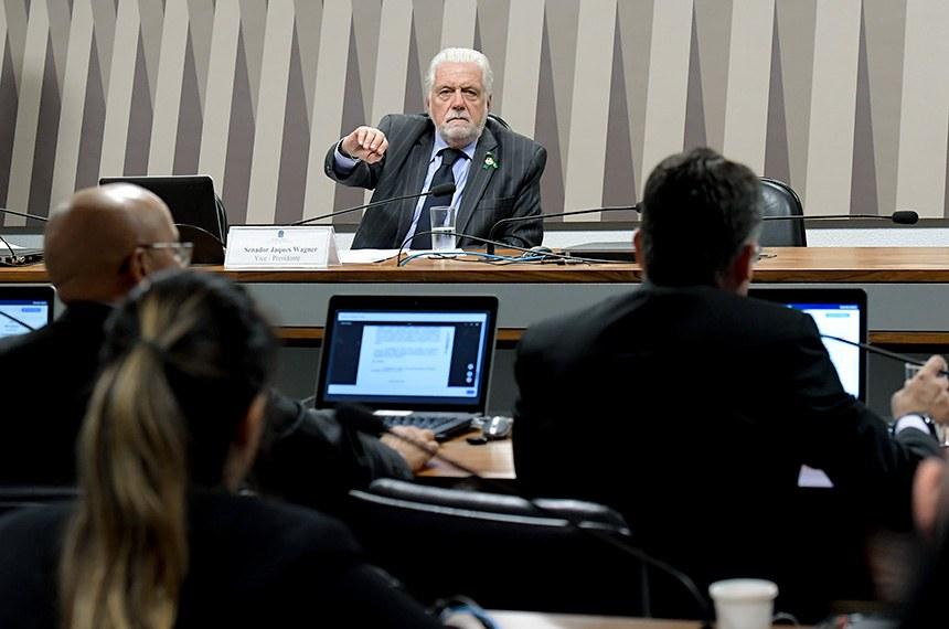 """Comissão de Meio Ambiente (CMA) realiza audiência pública interativa para tratar sobre o tema """"Dia Mundial do Meio Ambiente: balanço da conservação dos biomas nacionais.""""  À mesa, vice-presidente da CMA, senador Jaques Wagner (PT-BA), conduz audiência.  Foto: Waldemir Barreto/Agência Senado"""
