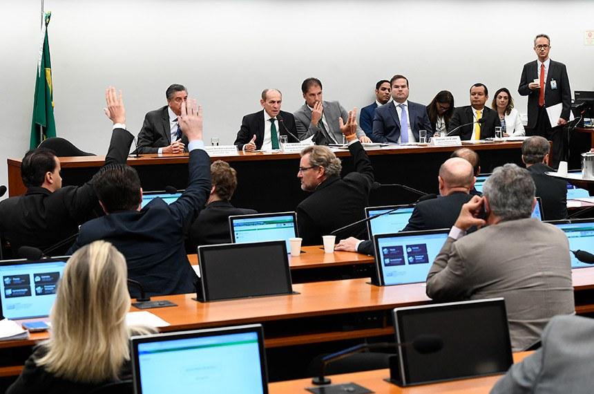 Comissão Mista de Planos, Orçamentos Públicos e Fiscalização (CMO) realiza reunião com  6 itens. Na pauta, o PLN 5/2019, que trata da Lei de Diretrizes Orçamentárias (LDO) de 2020.  Mesa: primeiro vice-presidente da CMO, deputado Dagoberto Nogueira (PDT-MS);  presidente da CMO, senador Marcelo Castro (MDB-PI); secretário da comissão; relator do Projeto de Lei de Diretrizes Orçamentárias (LDO), deputado Cacá Leão (PP-BA).  Foto: Marcos Oliveira/Agência Senado