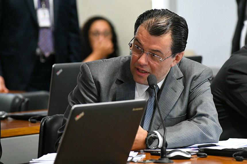 Comissão de Assuntos Econômicos (CAE) realiza reunião deliberativa com 21 itens. Na pauta, o PLC 113/2015-Complementar, que cria a Sociedade de Garantia Solidária.   Em pronunciamento, senador Eduardo Braga (MDB-AM).  Foto: Jane de Araújo/Agência Senado