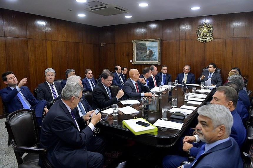 Presidente do Senado Federal, senador Davi Alcolumbre (DEM-AP), realiza reunião de líderes com a participação do ministro de Estado da Economia, Paulo Guedes.  Participam: ministro de Estado da Economia, Paulo Guedes; presidente do Senado Federal, senador Davi Alcolumbre (DEM-AP); senadora Simone Tebet (MDB-MS); senador Telmário Mota (Pros-RR);  senadora Soraya Thronicke (PSL-MS);  senador Eduardo Braga (MDB-AM);  senador Alessandro Vieira (Cidadania-SE); senador Jorge Kajuru (Patriota-GO);  senador Alvaro Dias (Podemos-PR);  senador Humberto Costa (PT-PE);  senador Luis Carlos Heinze (PP-RS);  senador Otto Alencar (PSD-BA);  senador Cid Gomes (PDT-CE);  senador Esperidião Amin (PP-SC);  senador Flávio Bolsonaro (PSL-RJ);  senador Fernando Bezerra Coelho (MDB-PE); senador Roberto Rocha (PSDB-MA);  senador Izalci (PSDB-DF);  senador Rodrigo Pacheco (DEM-MG);  senador Rogério Carvalho Santos (PT-SE).  Foto: Marcos Brandão/Senado Federal