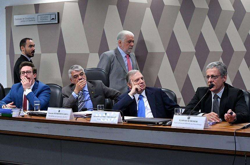 Comissão de Constituição, Justiça e Cidadania (CCJ) realiza audiência pública interativa para instruir a PEC 6/2019 que modifica o sistema de previdência social, estabelece regras de transição e disposições transitórias, e dá outras providências.  Mesa: diretor do Instituto Brasileiro de Direito Previdenciário, Diego Cherulli; presidente em exercício da CCJ, senador Humberto Costa (PT-PE); relator da PEC 6/2019, senador Tasso Jereissati (PSDB-CE); especialista em previdência do Departamento Intersindical de Estatística e Estudos Socioeconômicos (Dieese), Clóvis Scherer.  Foto: Geraldo Magela/Agência Senado
